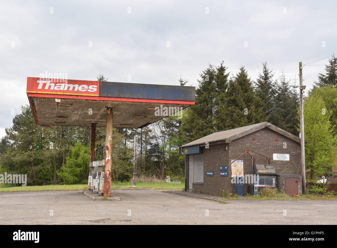 Closed and disused Thames petrol station, Plains, Airdrie, Lanarkshire, Scotland, UK - Stock Image