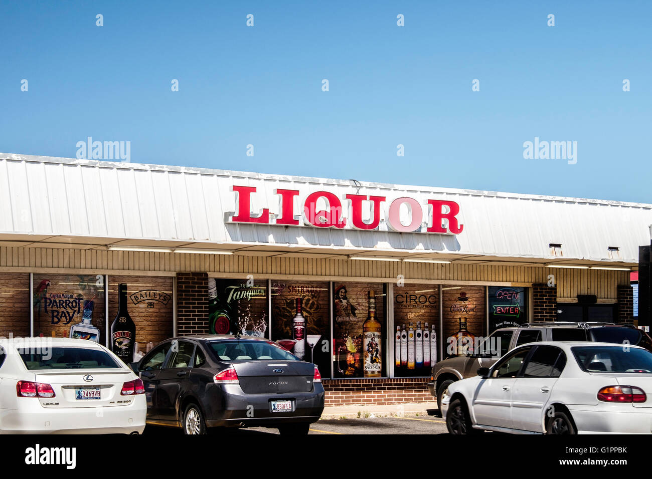 The storefront and entrance to a liquor store in a strip mall. Oklahoma, USA. - Stock Image