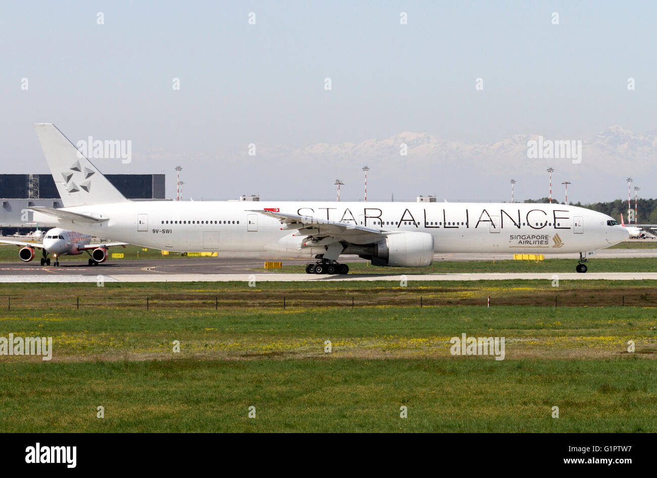 9V-SWI Star alliance, Singapore Airlines, Boeing 777. Photographed at Malpensa airport, Milan, Italy - Stock Image