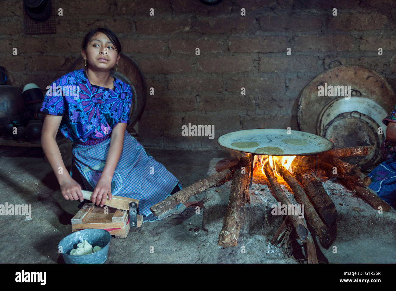 Indian woman baking tortillas. Chiapas, Mexico - Stock Image