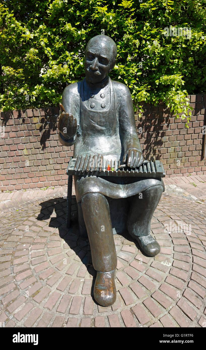 Bronzeskulptur 'Zigarrendreher' von Loni Kreuder zur Erinnerung an die ehemalige Tabakindustrie in Kaldenkirchen, - Stock Image