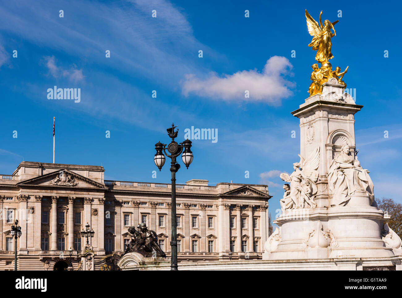 Buckingham Palace and the Victoria Memorial in the early morning sun, Westminster, London, UK. - Stock Image