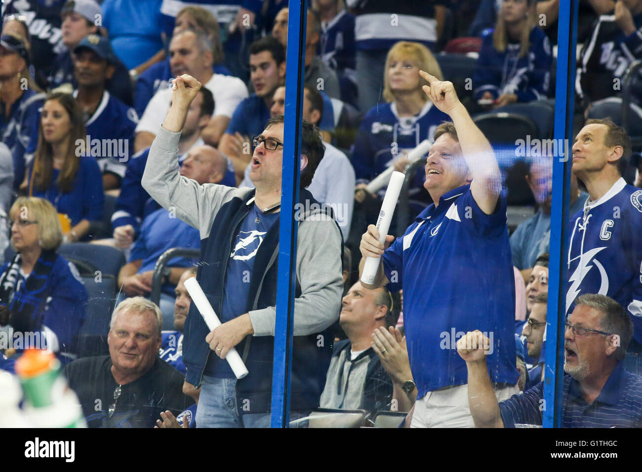 Tampa, Florida, USA. 18th May, 2016. DIRK SHADD | Times.Tampa Bay Lightning fans bang on the glass as Pittsburgh - Stock Image