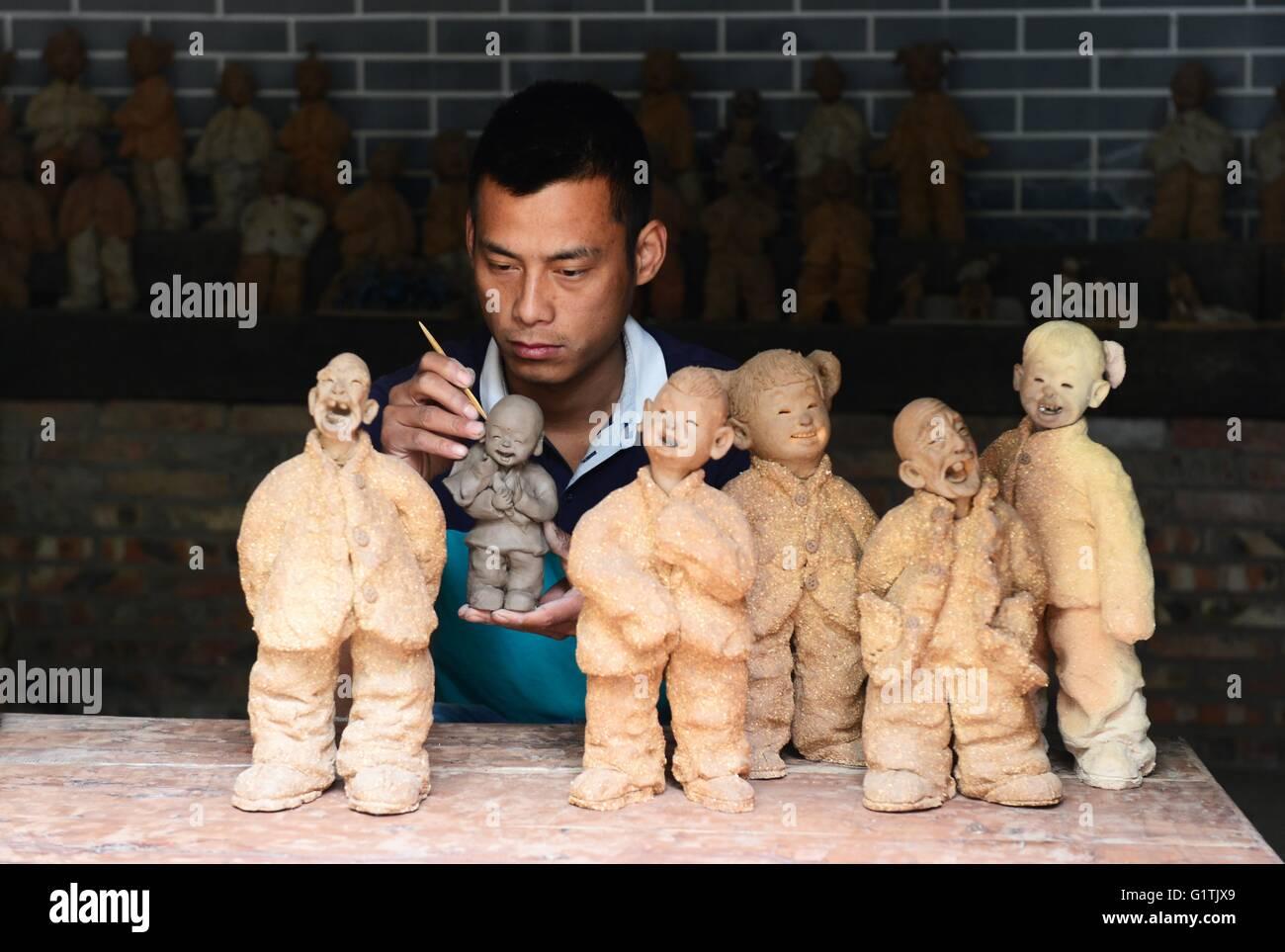 (160519) -- ZHENGZHOU, May 19, 2016 (Xinhua) -- Song Qingchun, an inheritor of Mud Cuckoo making, works at his workshop - Stock Image