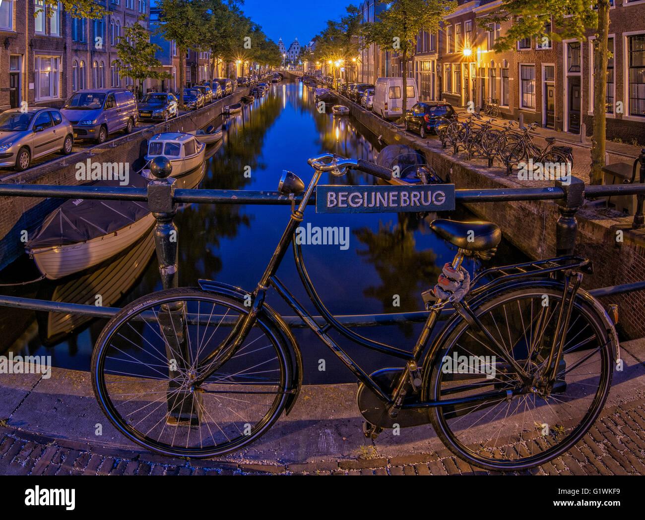 De Begijnebrug in de Noord-Hollandse plaats Haarlem is een brug over de Bakenessergracht. De brug is gesitueerd - Stock Image
