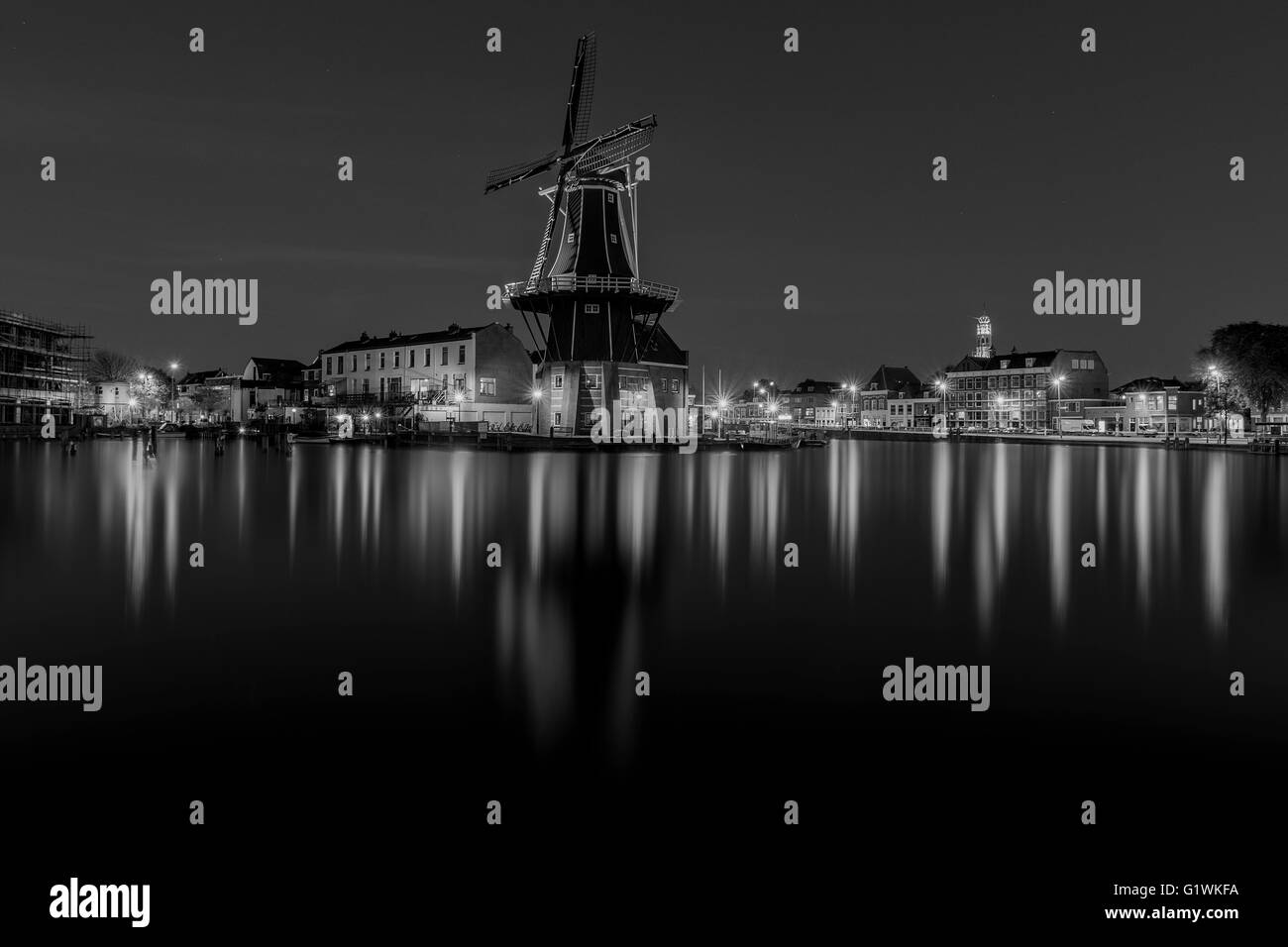 Blue hour photo of Windmill De Adriaan along river Spaarne in Haarlem (The Netherlands) - Stock Image