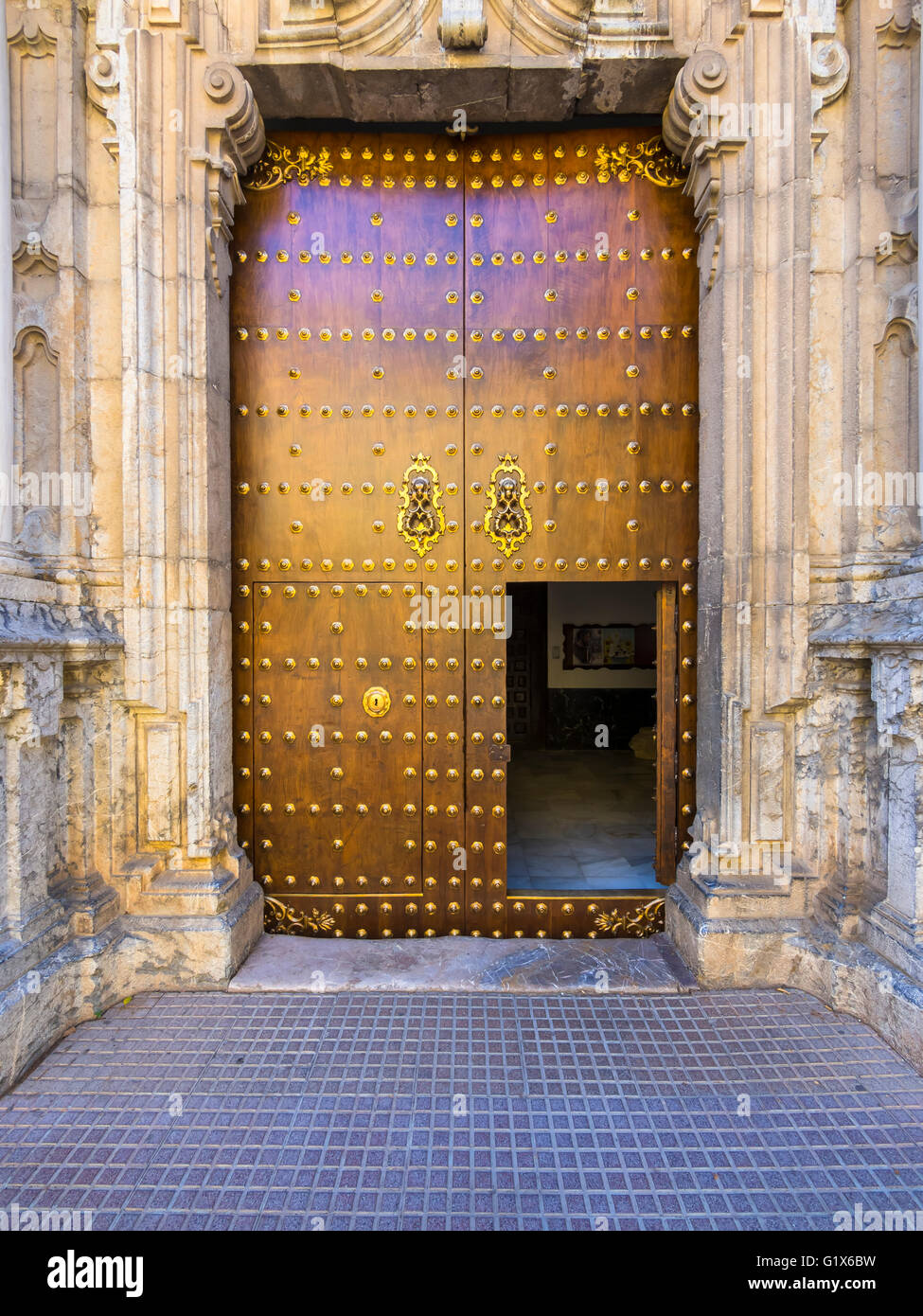 Old wooden gate with fitting, historic centre, Cordoba province, Andalucía, Spain - Stock Image