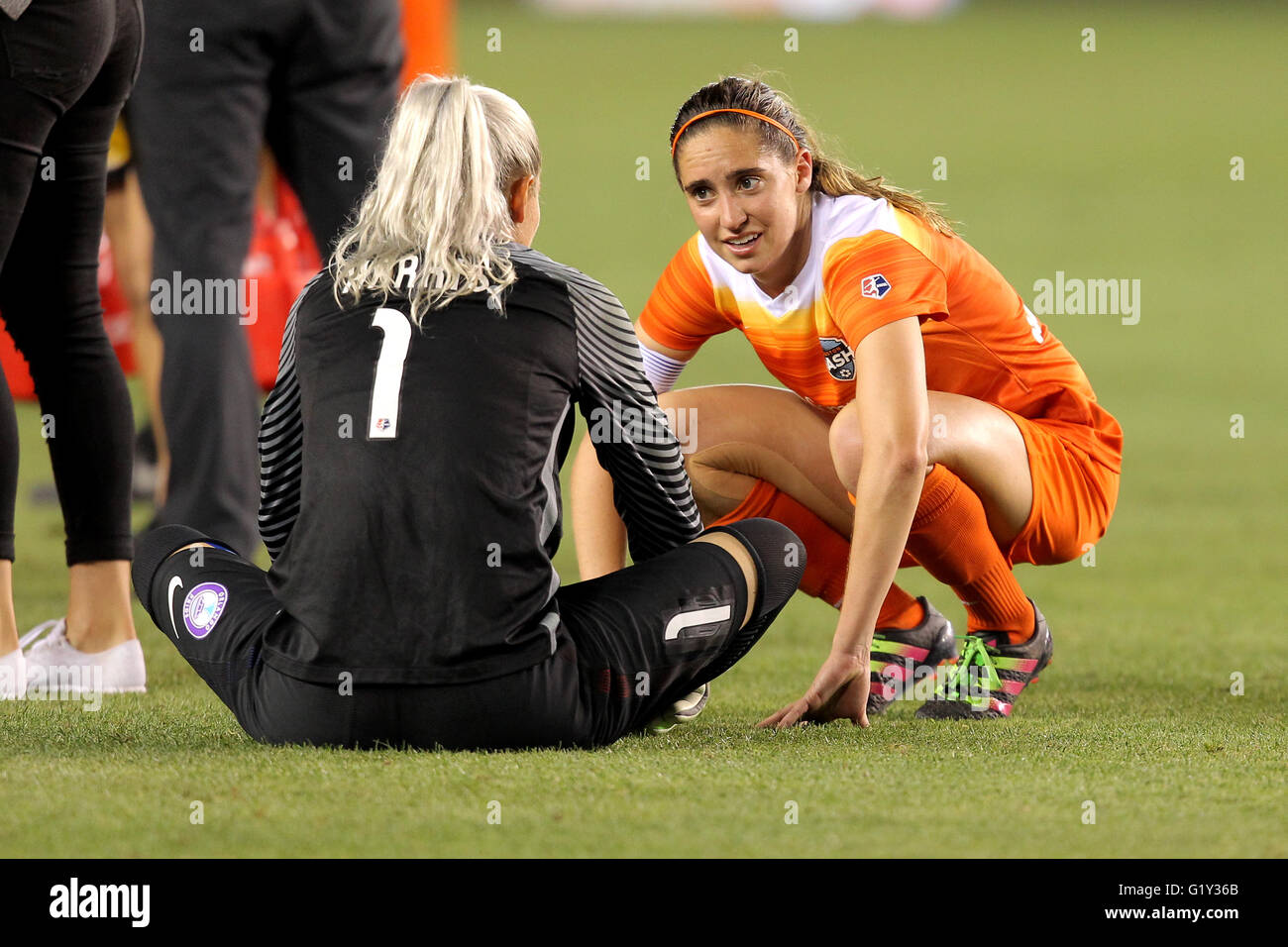 Houston, TX, USA. 20th May, 2016. Houston Dash midfielder Morgan Brian (6) talks with Orlando Pride goalkeeper Ashlyn - Stock Image