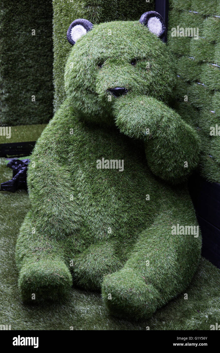 London, UK. 21 May 2016. A teddy bear made of fake grass by Easigrass. Preparations are under way for the show gardens - Stock Image