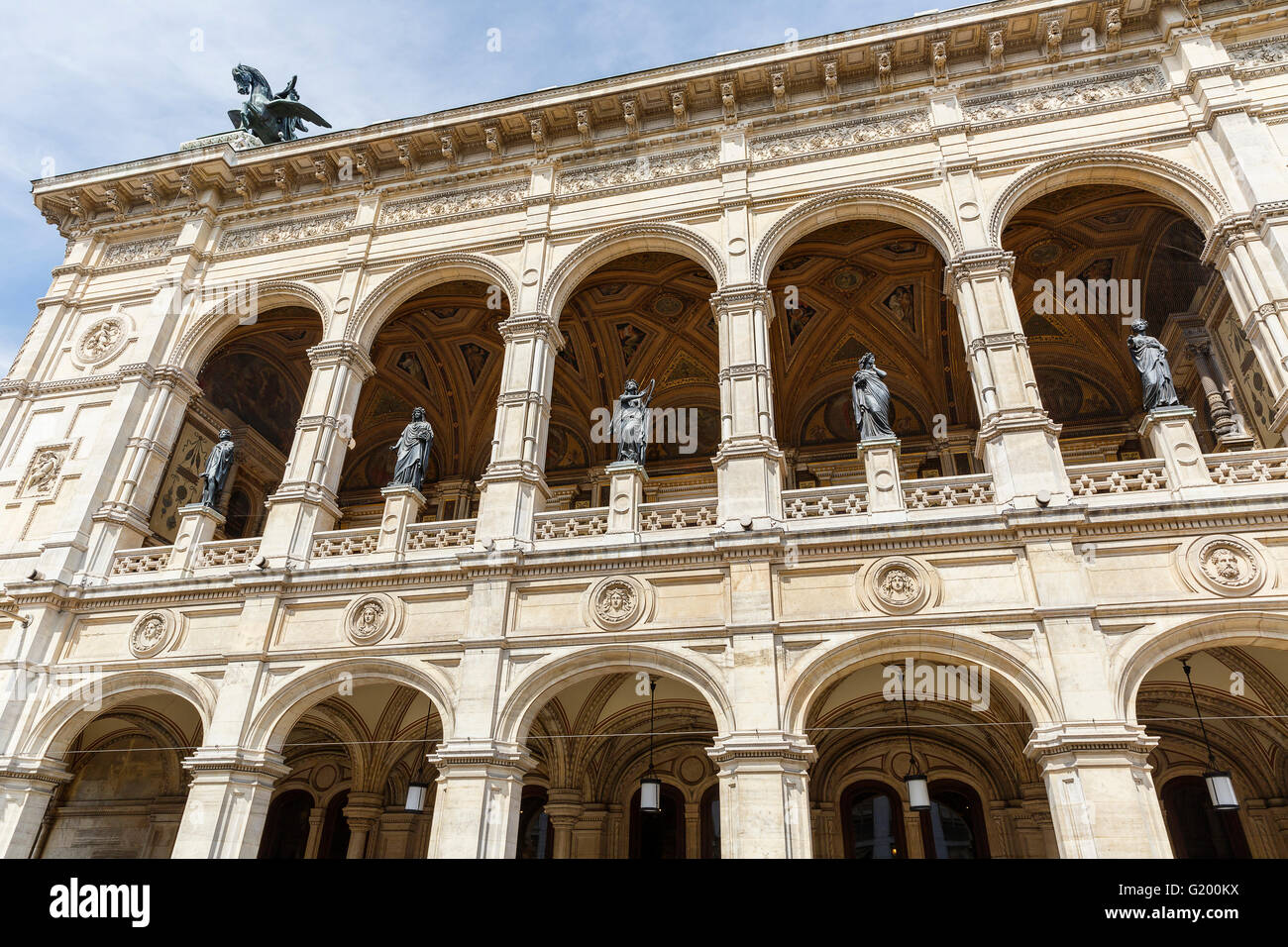 Statues adorn the building of the Vienna State Opera - Stock Image