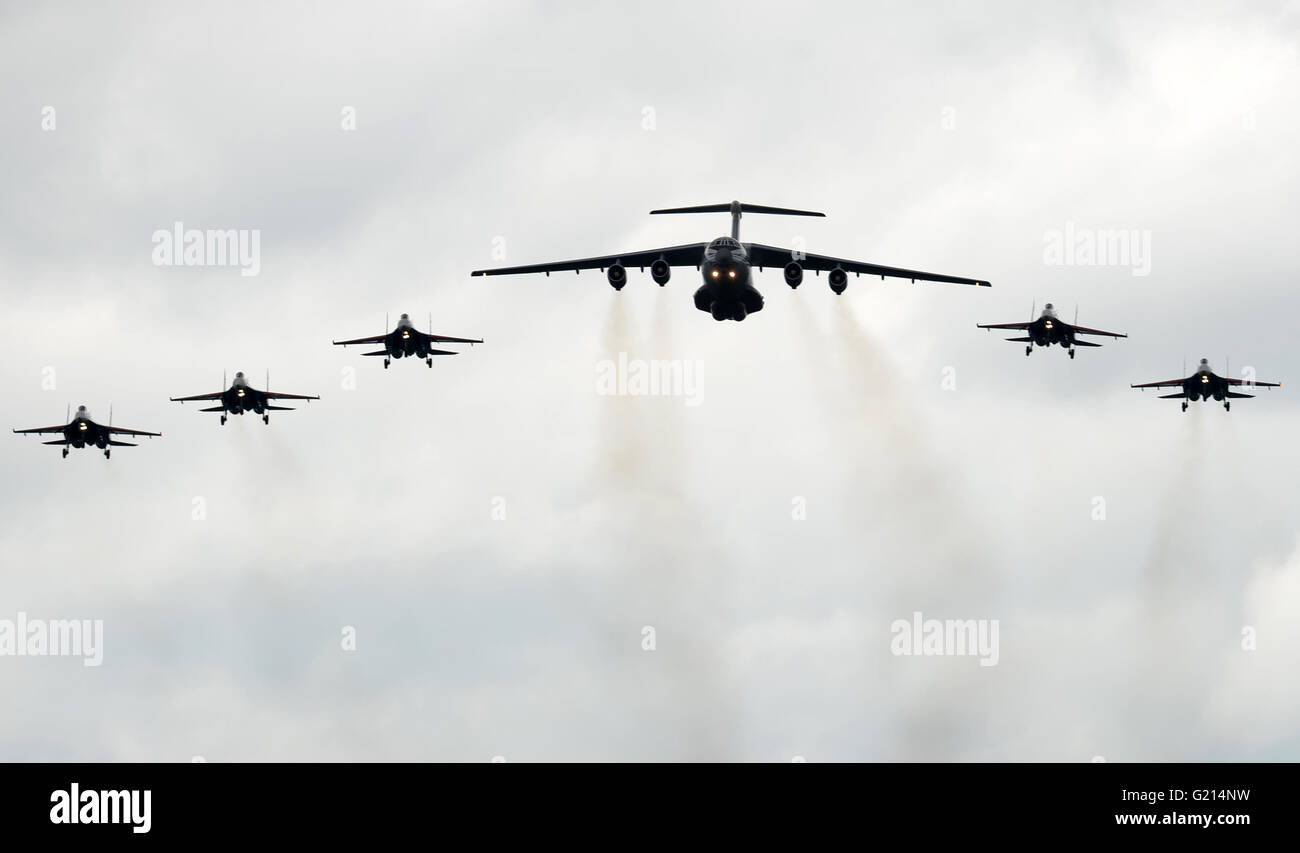 Kubinka, Russia. 21st May, 2016. Russian airlifter Il-76, flanked by Russian jet fighters Su-27 of the Russian Knights - Stock Image