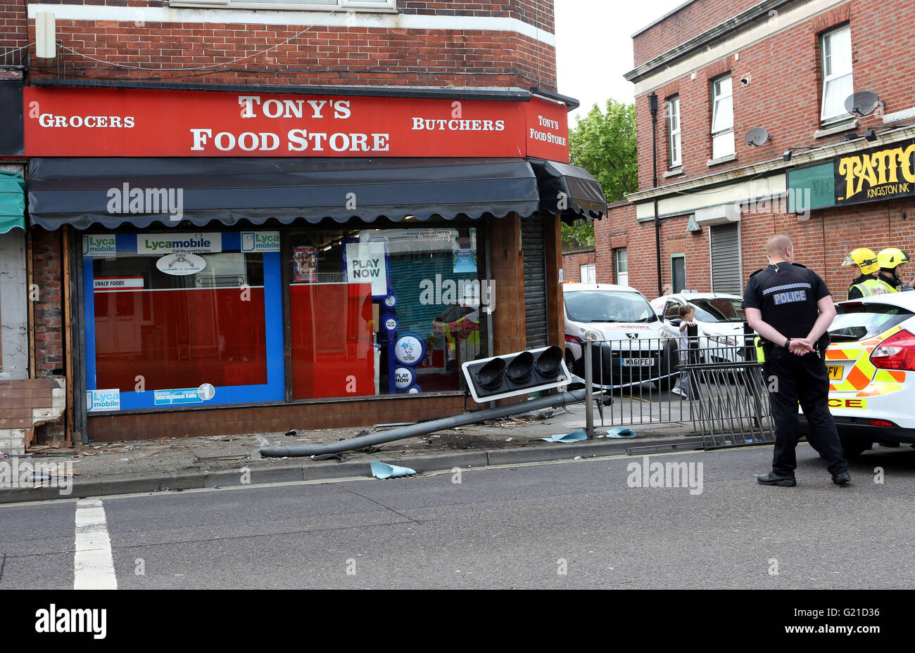 Portsmouth, Hampshire, UK. 22nd May, 2016. Police cordoned off one lane in Kingston Road in Portsmouth after a car Stock Photo