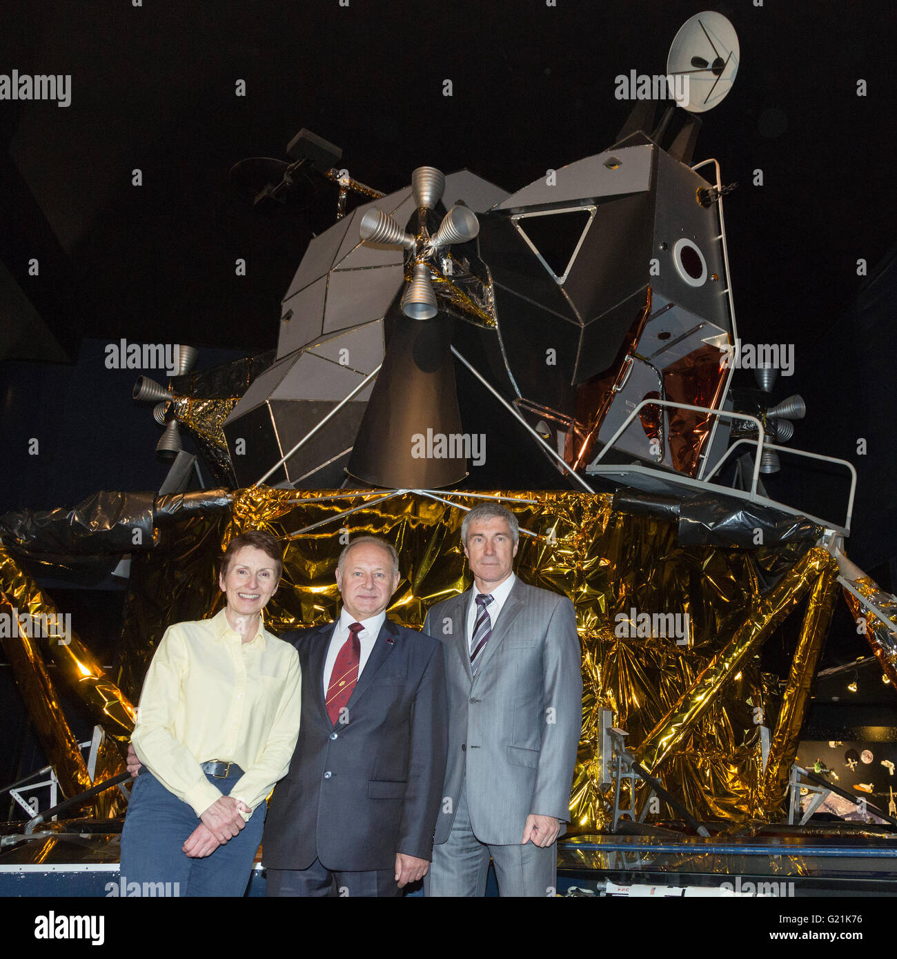 London, UK. 20 May 2016. L-R: Helen Sharman, Anatoli Artsebarski and Sergei Krikalev. Helen Sharman celebrates 25 - Stock Image
