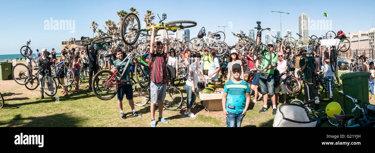 Critical Mass bicycle demonstration in Tel Aviv April 29 2016 with a call for safe cycling in the city - Stock Image
