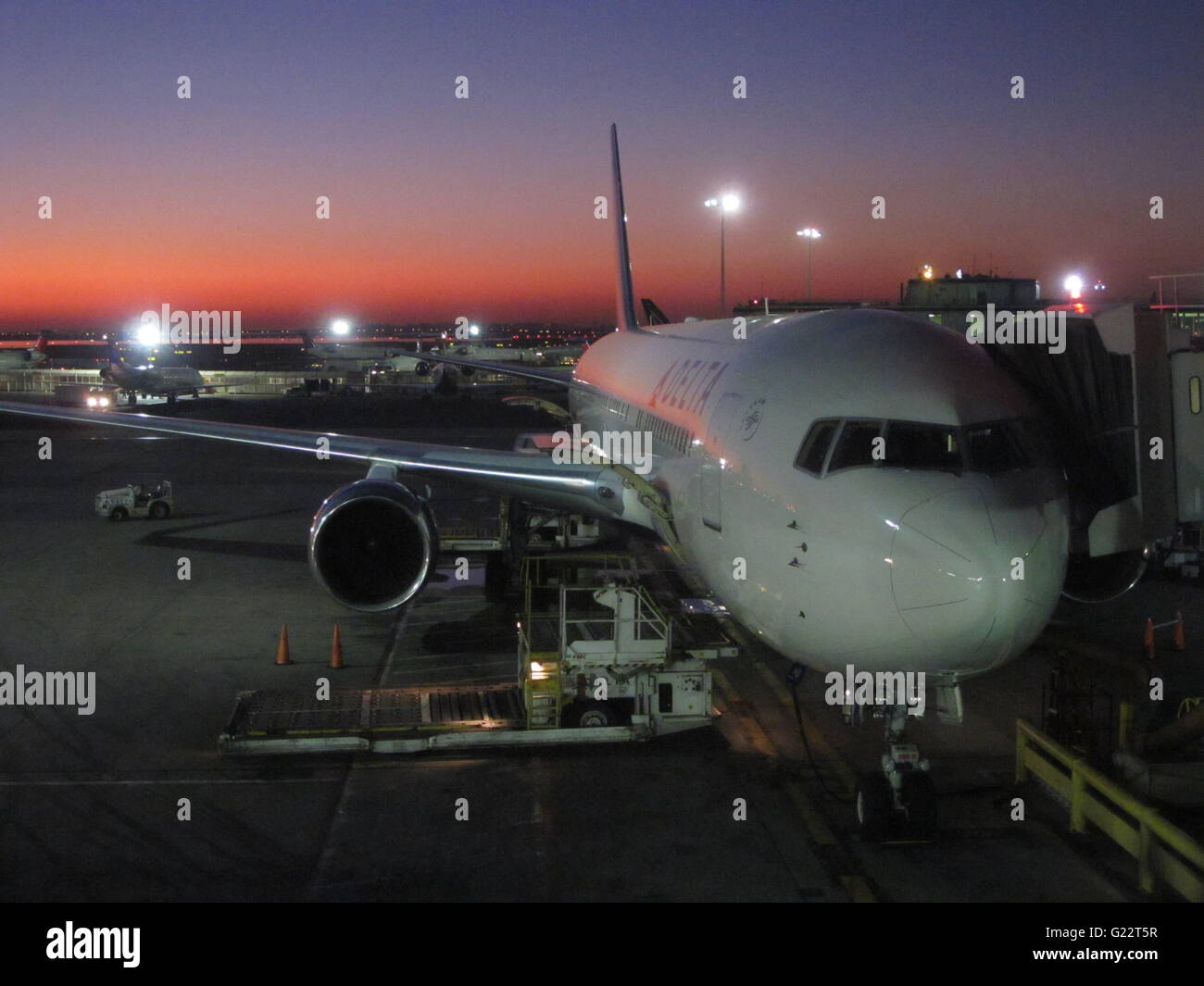 Boeing 767 airliner rests at Delta Terminal 3 during refueling and boarding Stock Photo