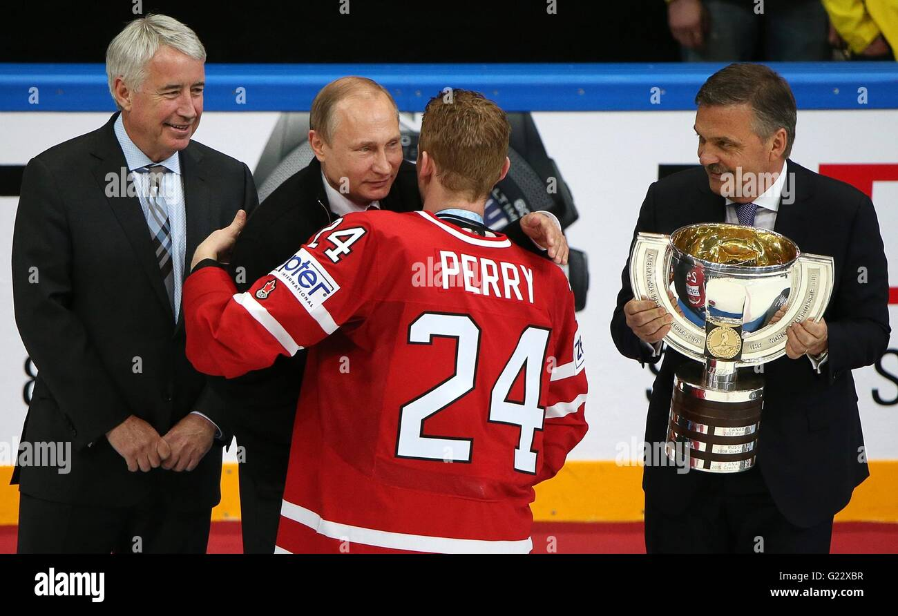 Moscow, Russia. 22nd May, 2016. Russian President Vladimir Putin congratulates Canadian Captain Corey Perry after Stock Photo