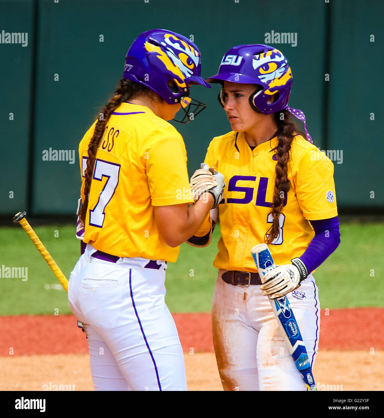 Baton Rouge, LA, USA. 22nd May, 2016. LSU Tigers infielder Sandra Simmons (3) tells LSU Tigers catcher Kellsi Kloss - Stock Image
