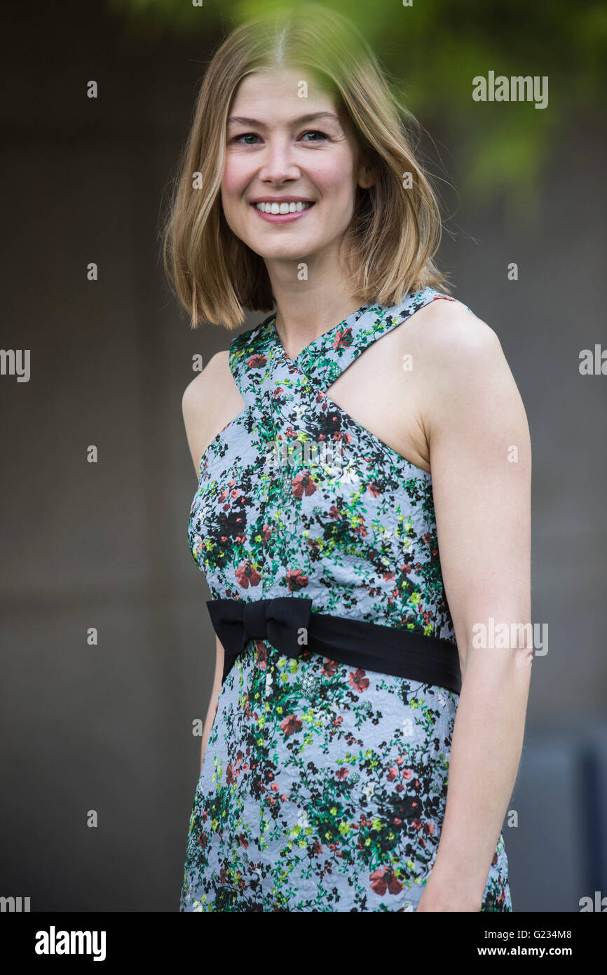 London, UK. 23 May 2016. Actress Rosamund Pike. Press day at the RHS Chelsea Flower Show. The 2016 show is open - Stock Image