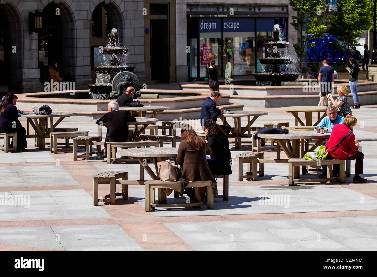 Dundee, Tayside, Scotland, UK. May 23rd 2016. UK Weather: Warm weather across Dundee. People relaxing and sitting - Stock Image