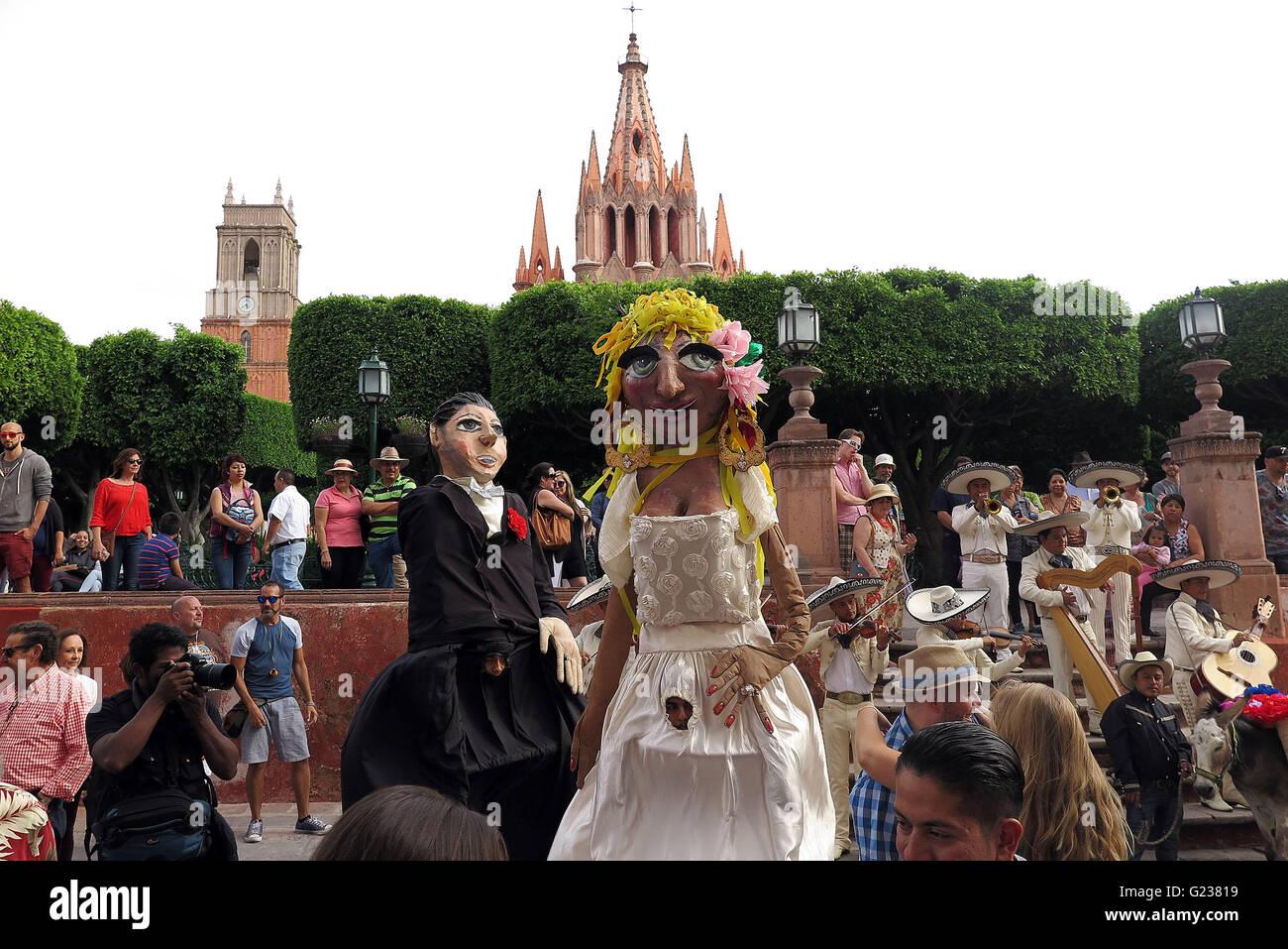 San Miguel De Allende, Mexico. 18th Apr, 2016. A wedding parade marches through the streets in San Miguel de Allende. - Stock Image
