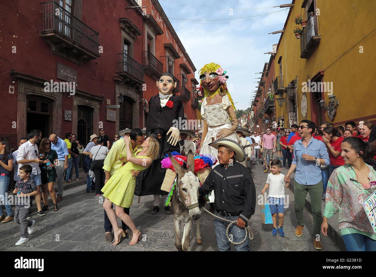 San Miguel De Allende, Mexico. 18th Apr, 2016. A couple kisses during a wedding parade through the streets in San - Stock Image