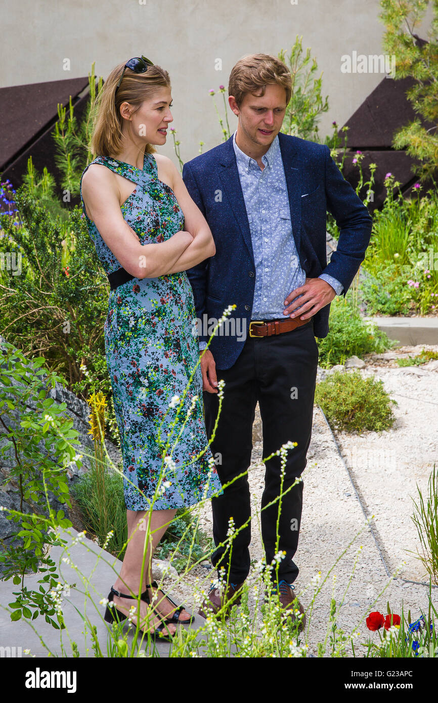 London, UK. 23rd May, 2016. Rosamund Pike is shown around The Royal Bank of Canada Garden by designer Hugo Bug Credit: - Stock Image