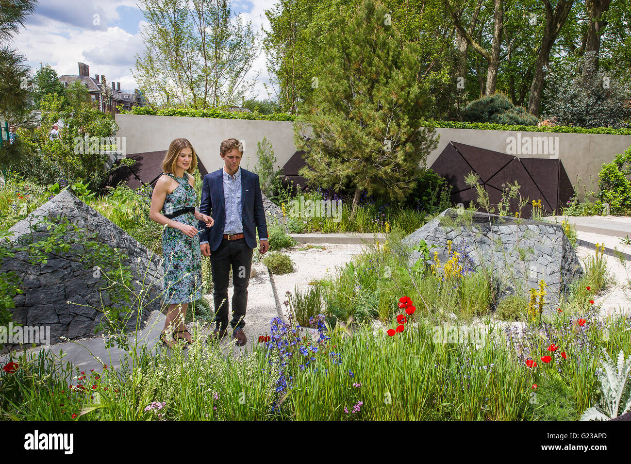 London, UK. 23rd May, 2016. Rosamund Pike is shown around The Royal Bank of Canada Garden by designer Hugo Bugg - Stock Image