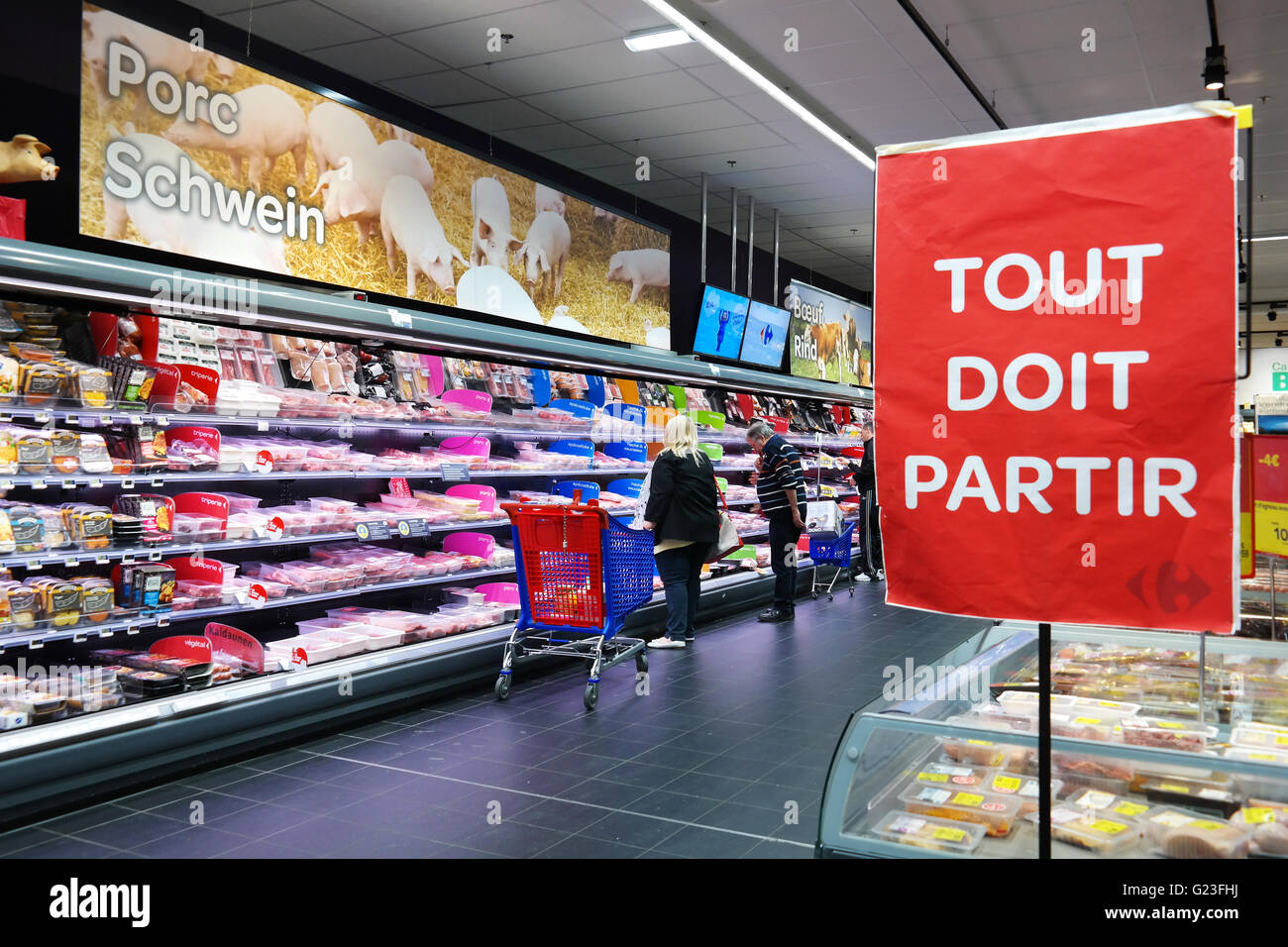 Tout doit partir - everything must go - sign packaged meat in refrigerated section of a Hypermarket. - Stock Image