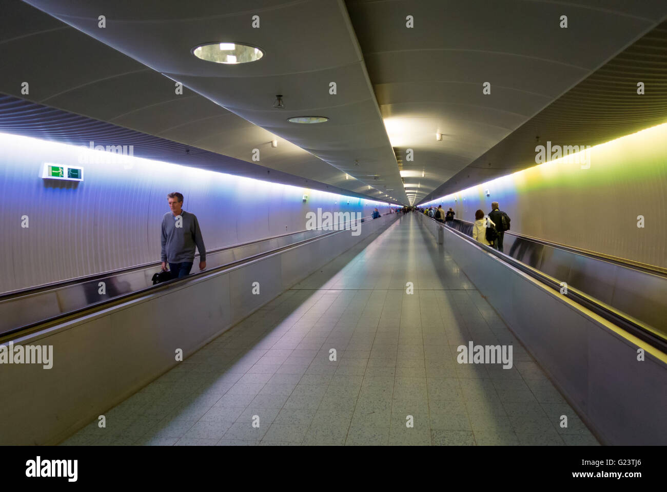 Transfer passengers on moving walkways or travelators at Frankfurt Airport, Germany.  Flughafen Frankfurt am Main. - Stock Image