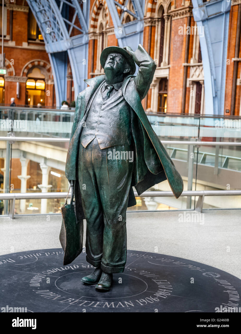 John Betjeman's Statue by Martin Jennings, St Pancras Railway Station, London, England. - Stock Image