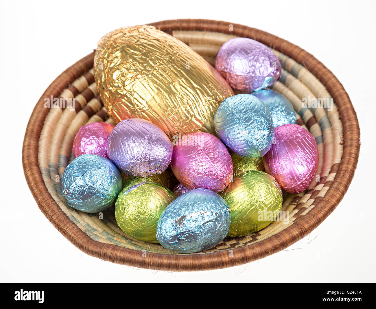 Foil wrapped chocolate easter eggs in bowl - Stock Image