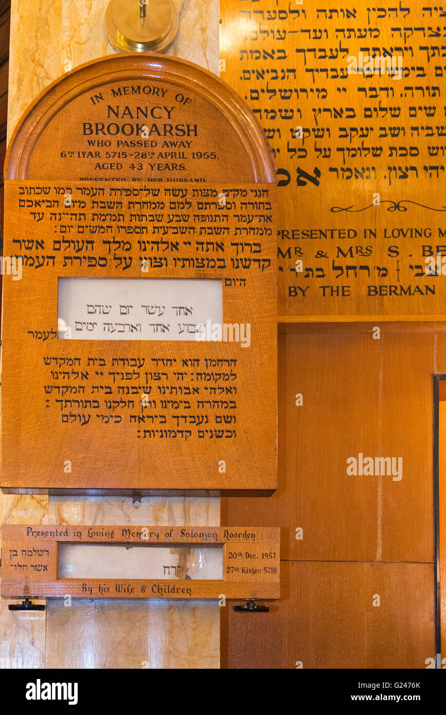 England London Jewish East End Sandys Row Synagogue schul memorials wooden plaques remembering dead by Ark in Hebrew - Stock Image