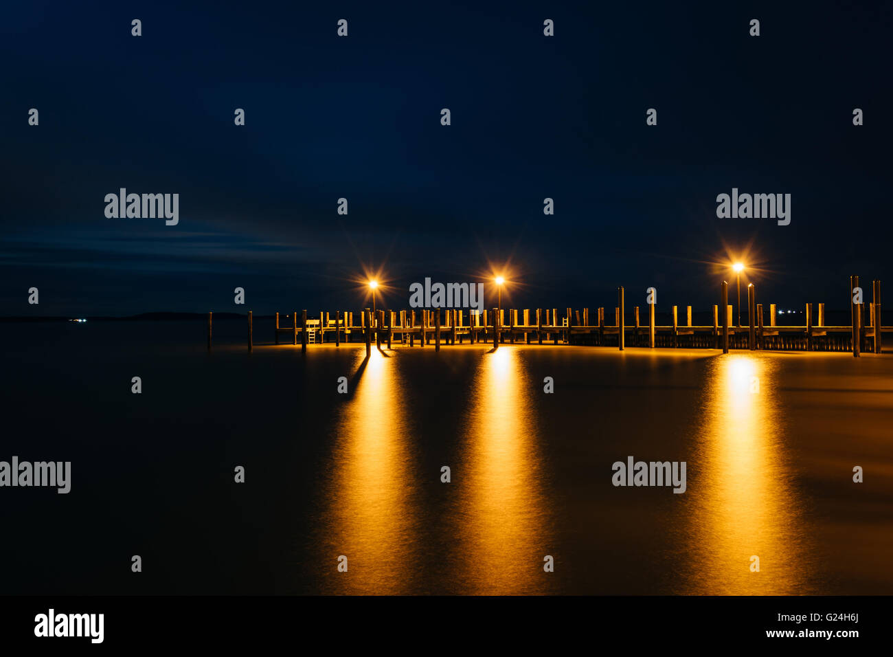 Pier on the Chesapeake Bay at night, in Havre de Grace, Maryland. - Stock Image