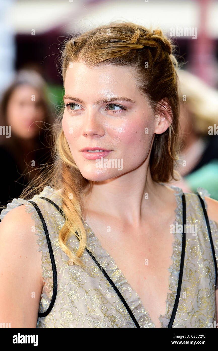 does Emma Greenwell have an accent