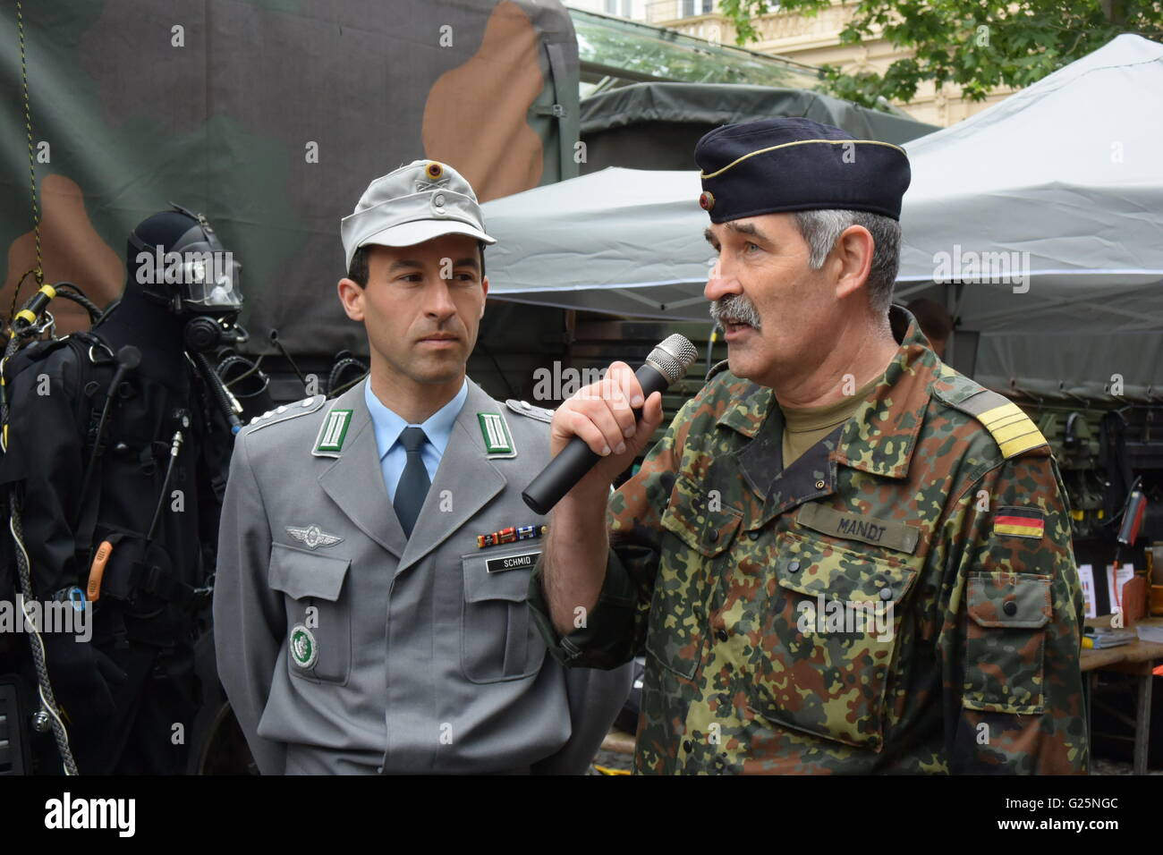 tow soldiers of the German Bundeswehr are talking about there work as a diver in the German Army - Stock Image