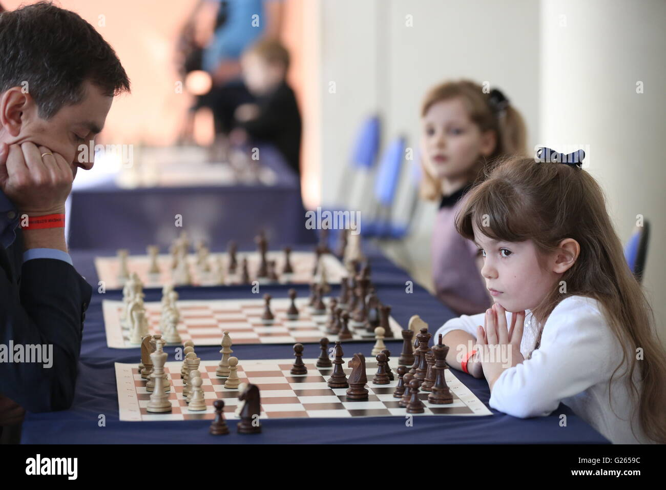 MOSCOW, RUSSIA – MAY 24, 2016: Children look at chessboards during a master class organised by Mikhail Botvinnik - Stock Image