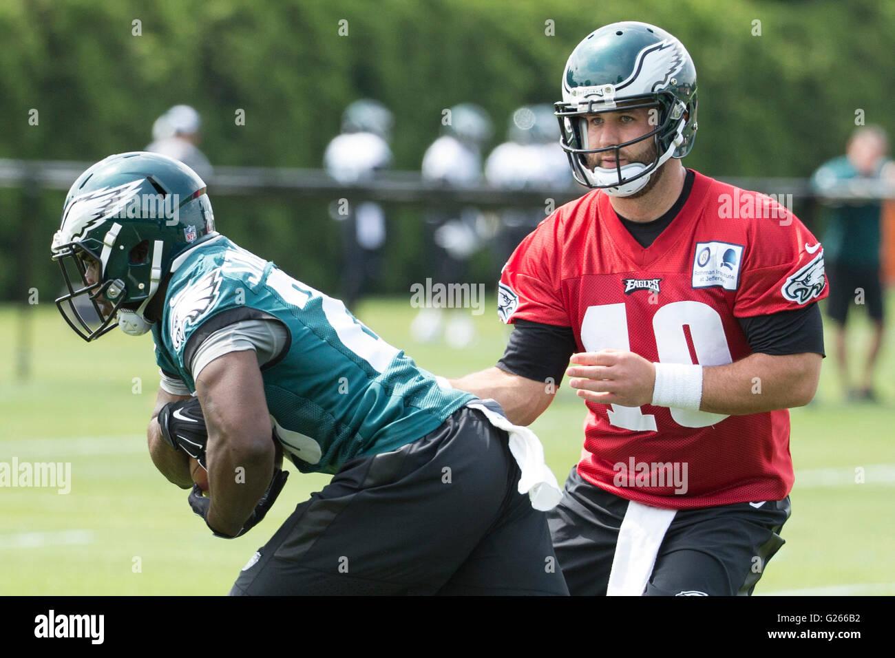 Philadelphia, Pennsylvania, USA. 24th May, 2016. Philadelphia Eagles quarterback Chase Daniel (10) hands the ball - Stock Image