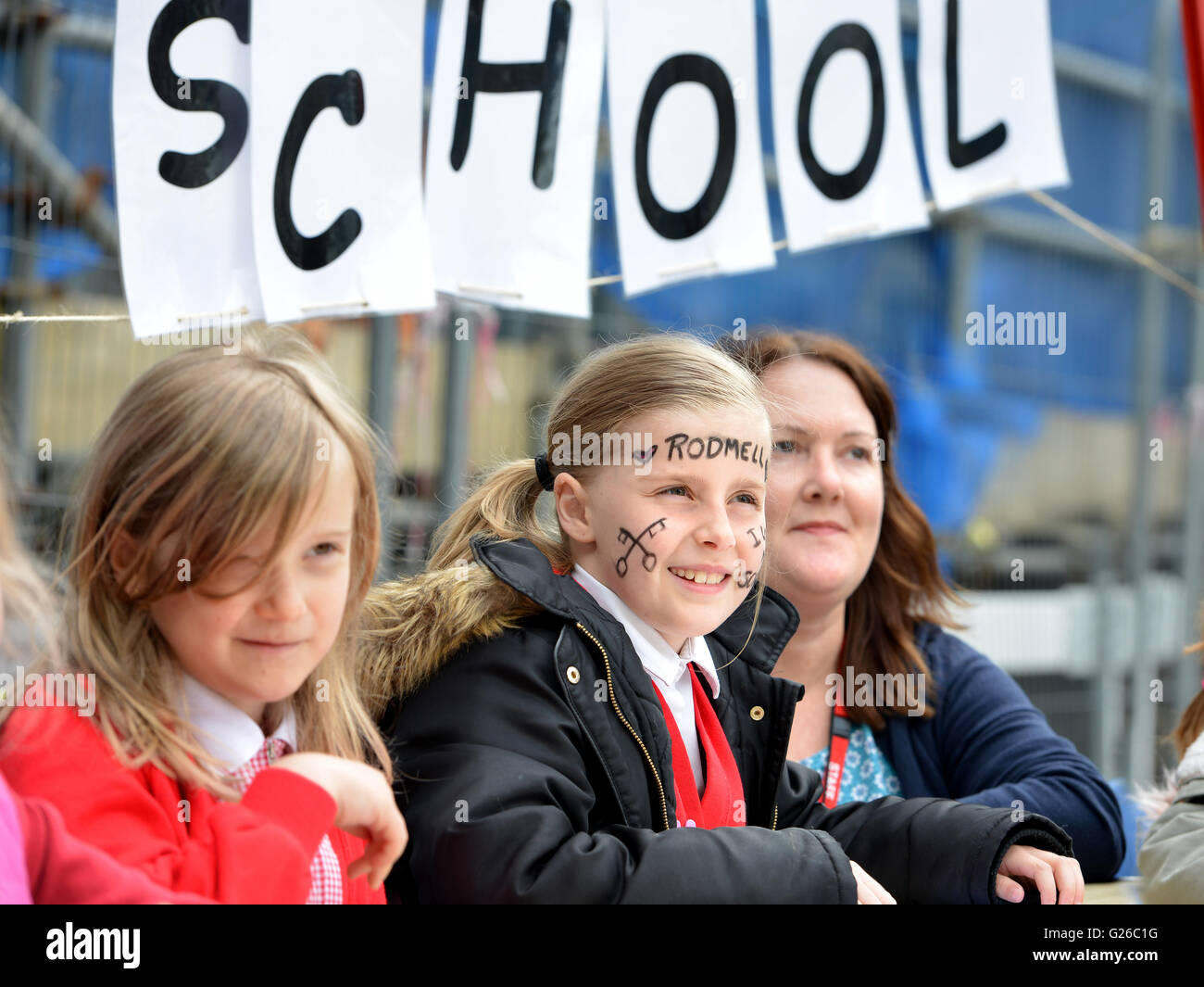 Lewes, UK. 25 May 2016. Teachers and children from Rodmell CE school set up a class outside Council Offices to demonstrate - Stock Image
