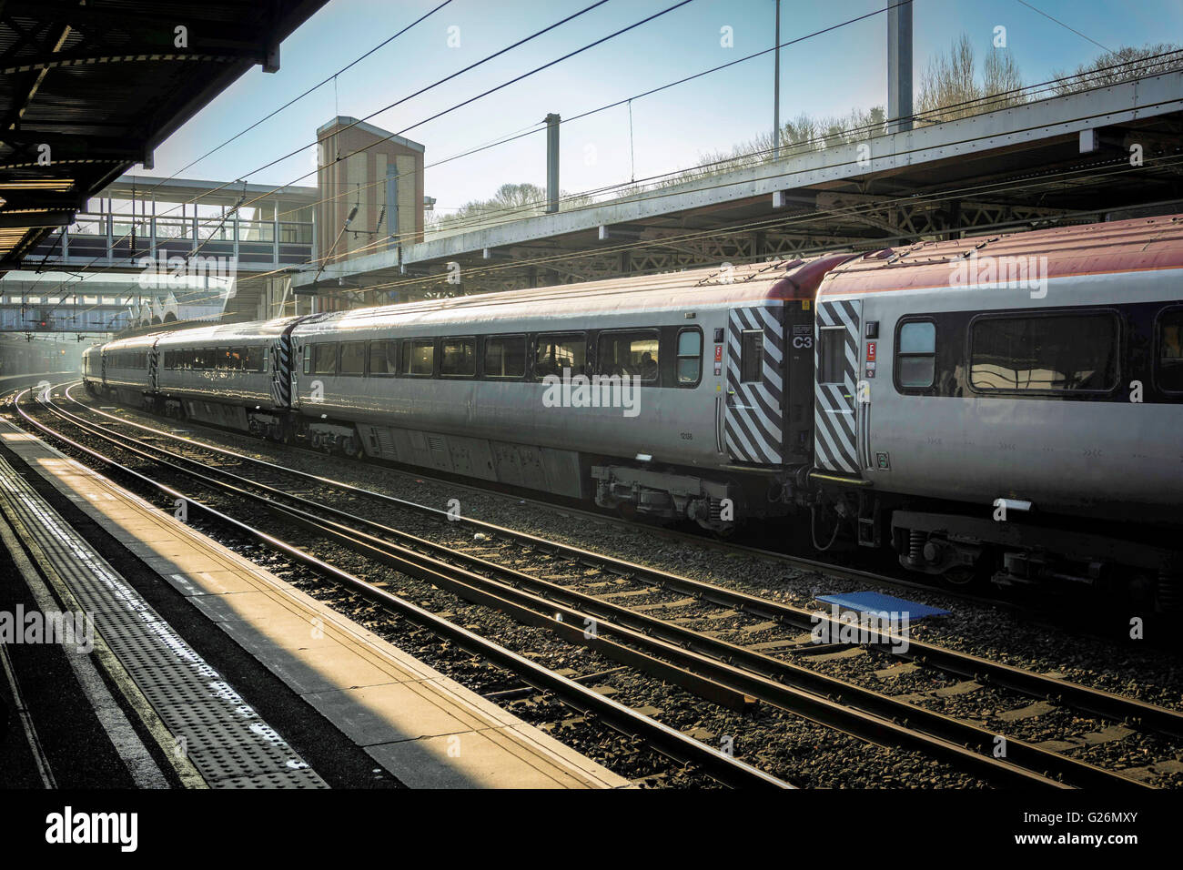 TraIn at the platform with diminishing view of tracks - Stock Image