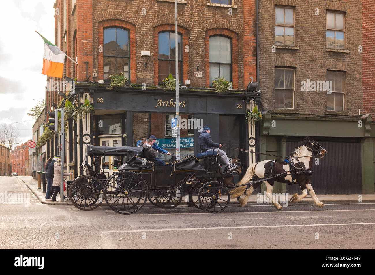 Young men youths driving racing horse drawn carriages in the Liberties area of Dublin, Ireland - Stock Image