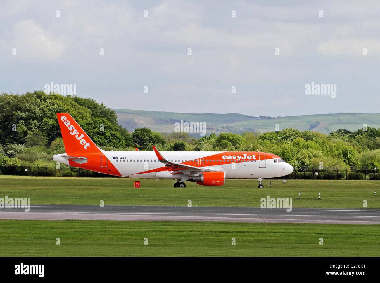 Easyjet Airbus A320-214 airliner taxiing at Manchester International Airport Stock Photo