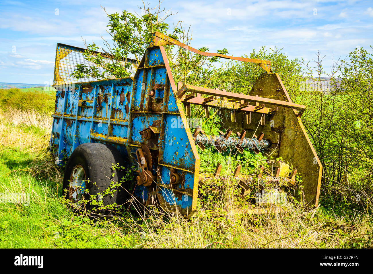 Decaying agricultural machinery below Thorpe Bassett Wold in the Yorkshire Wolds - Stock Image