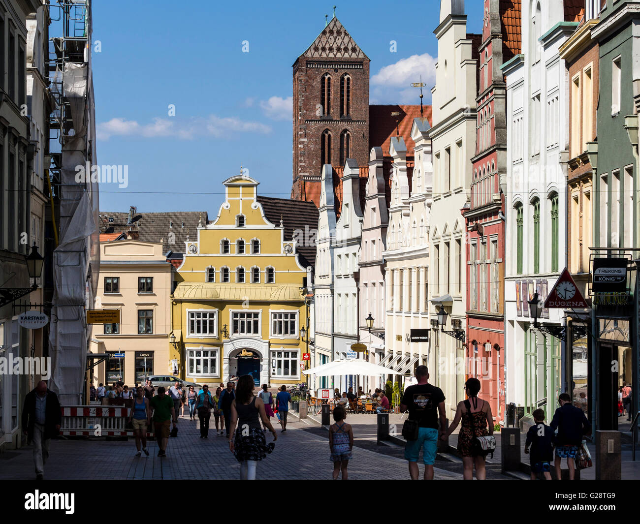 St. Nikolai church and facades in street Krämerstrasse, Wismar, Germany - Stock Image