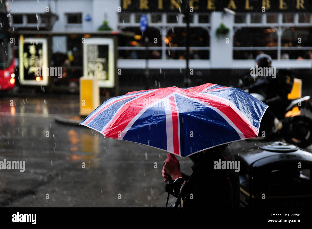 GREAT BRITAIN, London, Notting Hill, pedestrian with umbrella with Union Jack flag during London rain - Stock Image