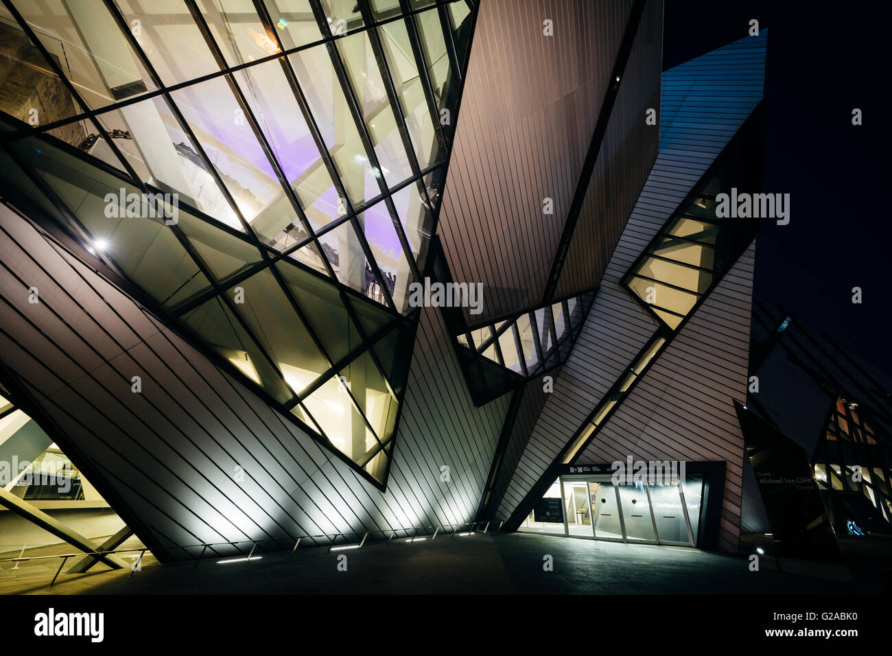 The exterior of the Royal Ontario Museum at night, in the Discovery District, Toronto, Ontario. - Stock Image