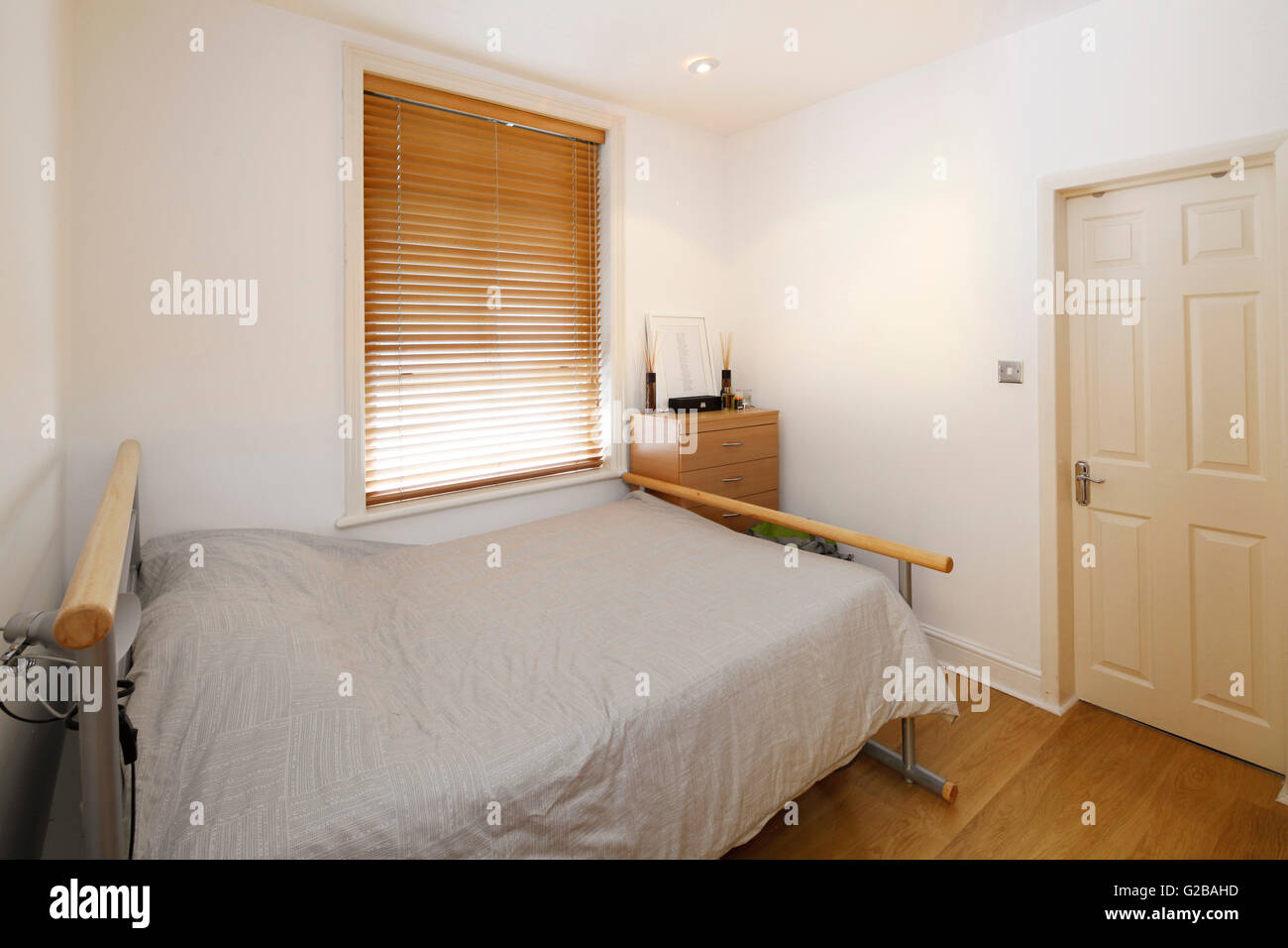 Molyneux House, Marble Arch. Small bedroom with minimal furniture and neutral tones. - Stock Image