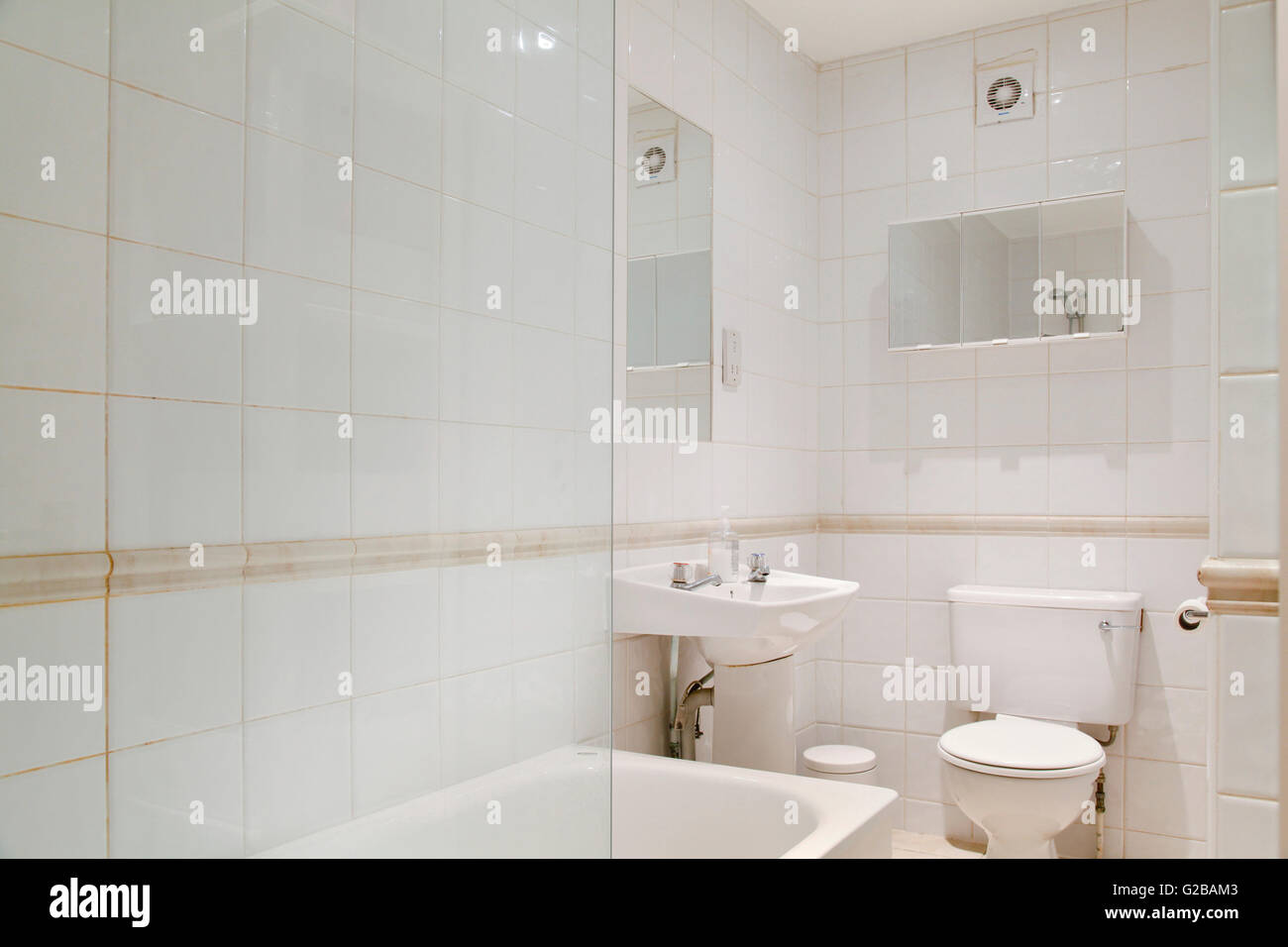 Pembridge Square, Notting Hill. View of traditional white bathroom ...