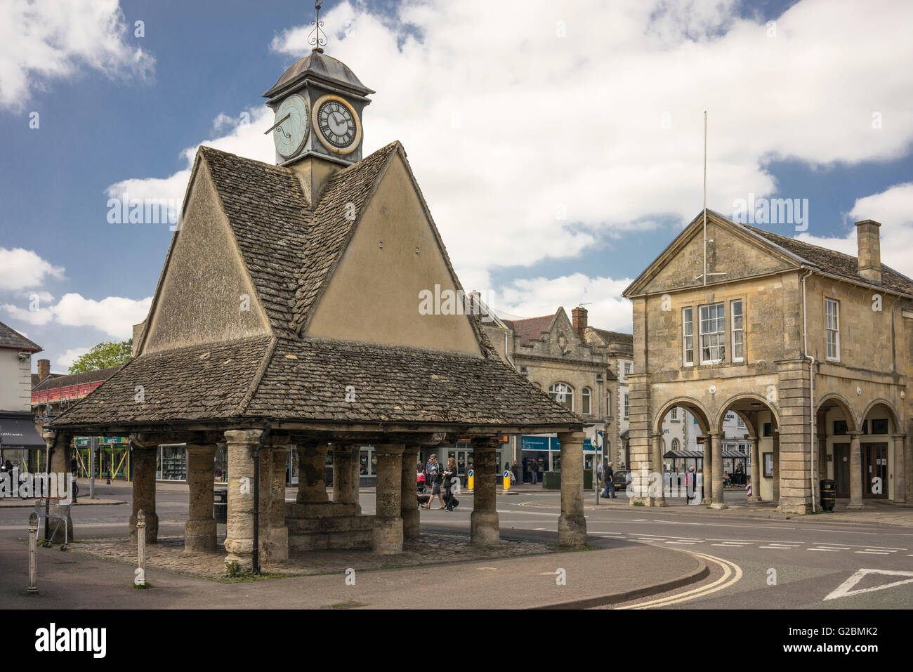 The Buttercross and town hall in Market Square, Witney, Oxfordshire - Stock Image