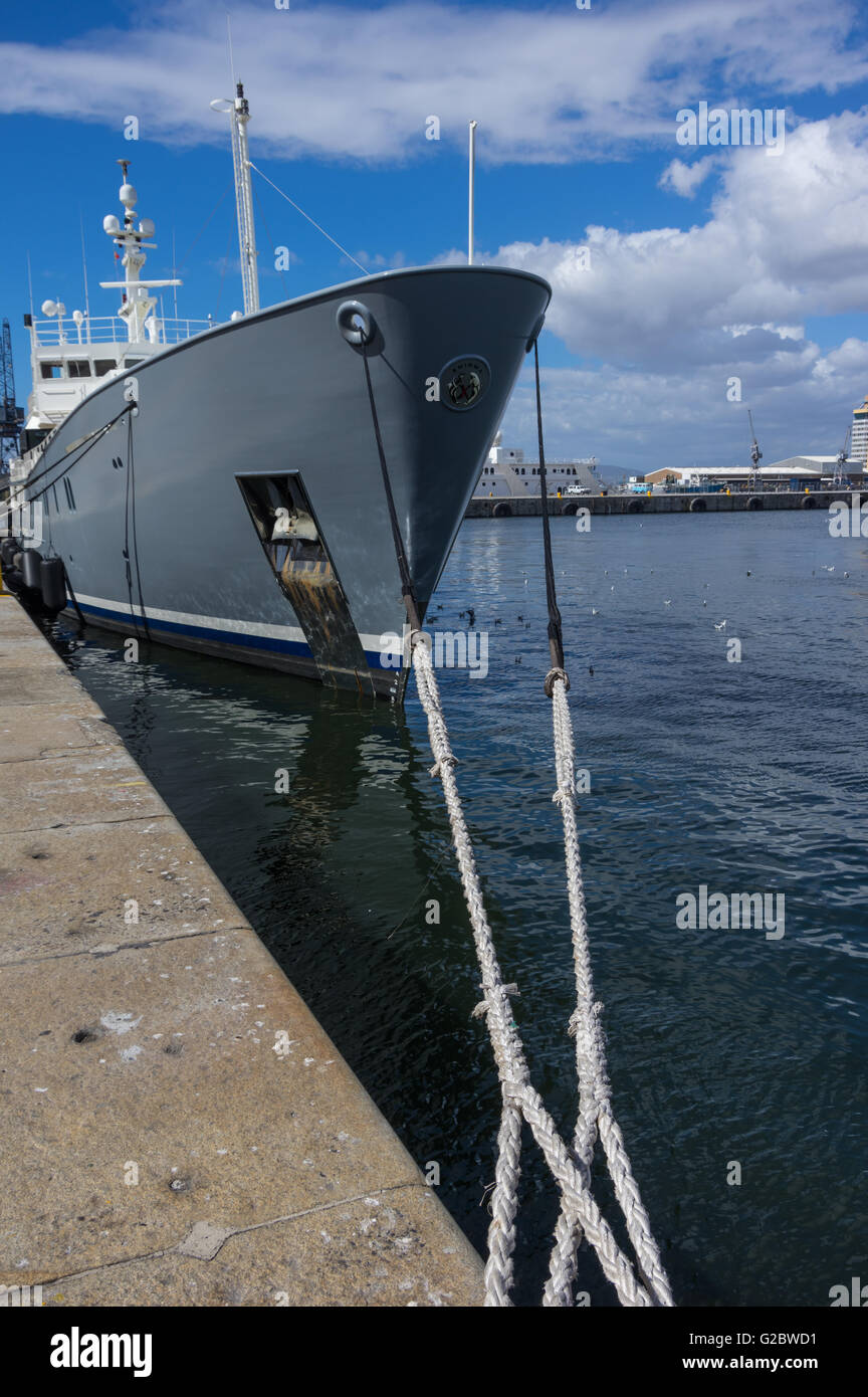 Head Line or Hawser of a moored boat tied up to a pier in Cape Town's  Table Bay Harbor - Stock Image