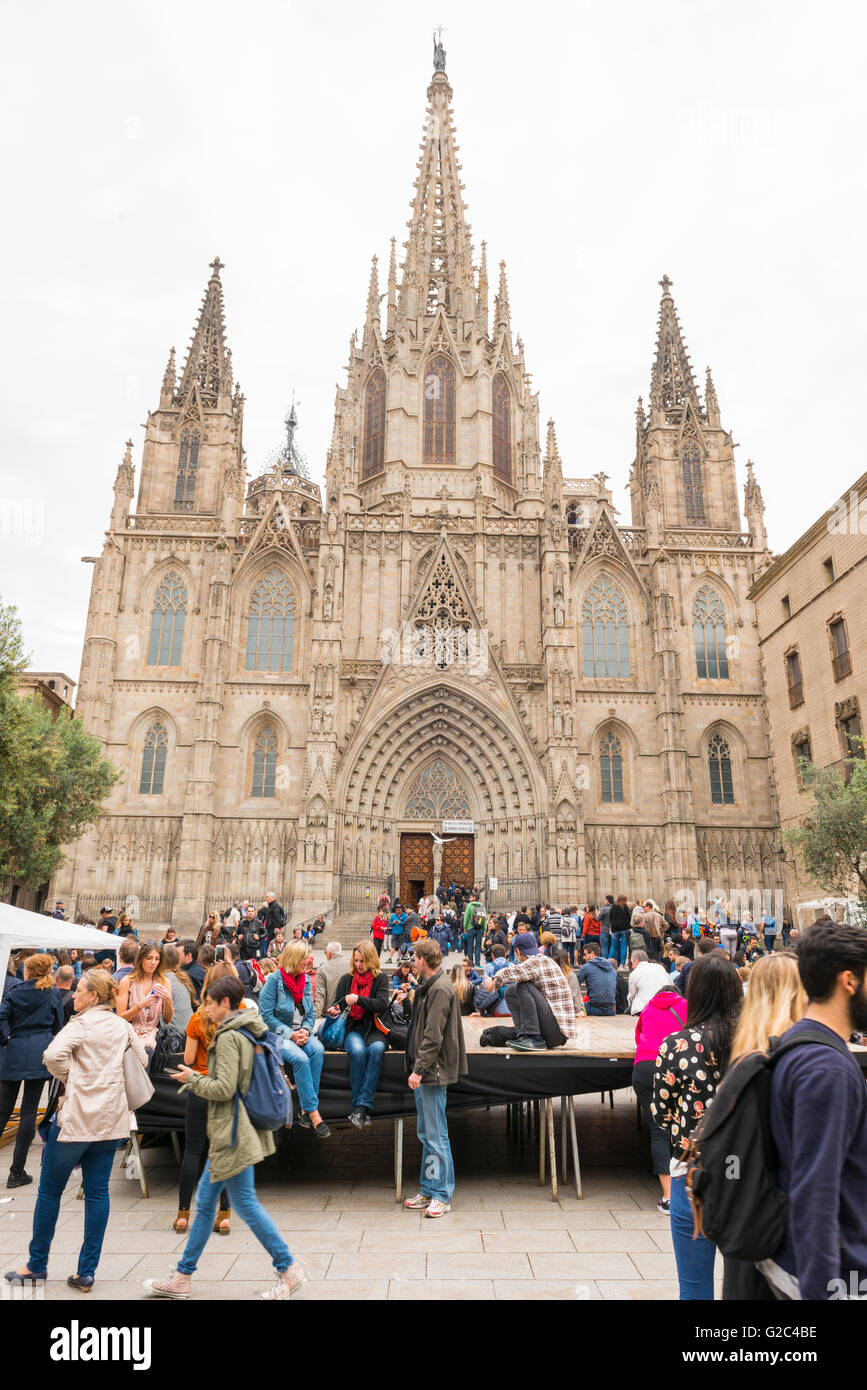 Spain Catalonia Barcelona Barri Gotic Gothic Quarter 14th century Cathedral with 28 chapels crowds of tourists queue Stock Photo